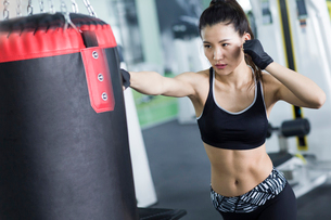 Female boxer practicing at gymの写真素材 [FYI02226725]