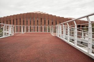 Footbridge and school building in Beijing, Chinaの写真素材 [FYI02226754]