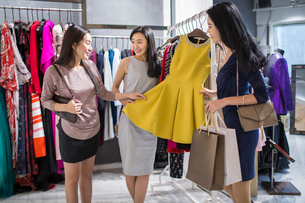 Best Chinese female friends shopping in clothing storeの写真素材 [FYI02226786]