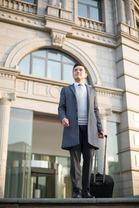 Confident Chinese businessman travellingの写真素材 [FYI02226791]