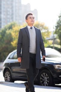 Confident Chinese businessman walkingの写真素材 [FYI02226801]
