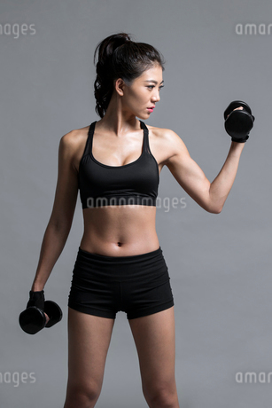 Young Chinese female athlete exercisingの写真素材 [FYI02226810]