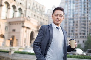 Portrait of confident Chinese businessmanの写真素材 [FYI02226811]