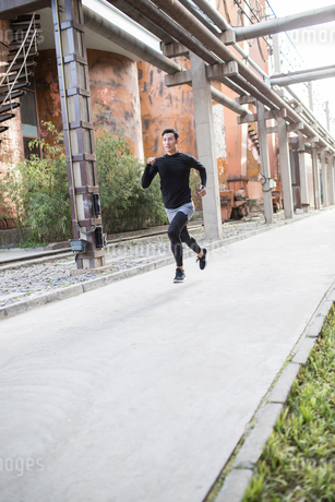 Young Chinese man jogging outdoorsの写真素材 [FYI02226815]