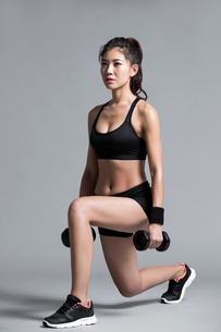 Young Chinese female athlete exercisingの写真素材 [FYI02226816]