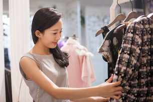 Young Chinese woman shopping in clothing storeの写真素材 [FYI02226831]