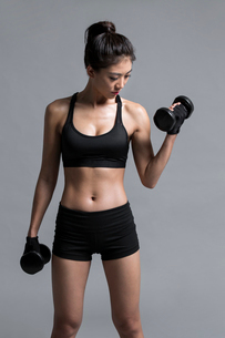 Young Chinese female athlete exercisingの写真素材 [FYI02226844]