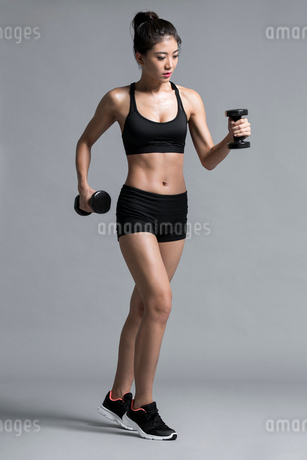 Young Chinese female athlete exercisingの写真素材 [FYI02226858]
