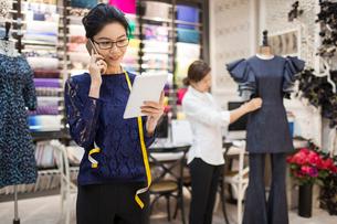 Confident Chinese fashion designer workingの写真素材 [FYI02226860]