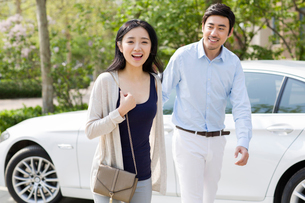 Happy young couple and carの写真素材 [FYI02226867]