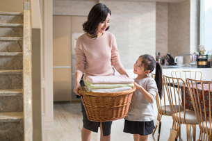Young Chinese mother and daughter doing laundry at homeの写真素材 [FYI02226868]