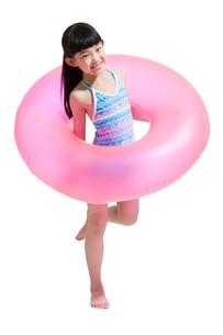 Cute girl in swimsuit with swim ringの写真素材 [FYI02226880]