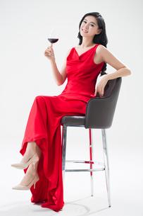 Elegant young Chinese woman enjoying red wineの写真素材 [FYI02226893]