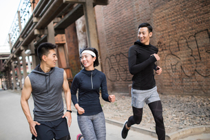 Young Chinese friends jogging outdoorsの写真素材 [FYI02226902]
