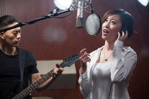 Musical band in recording studioの写真素材 [FYI02226907]