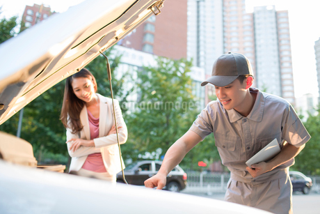 Auto mechanic and car ownerの写真素材 [FYI02226931]
