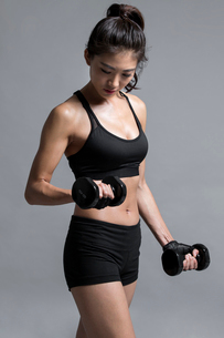 Young Chinese female athlete exercisingの写真素材 [FYI02226937]