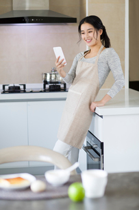 Young woman eating breakfast at homeの写真素材 [FYI02226949]