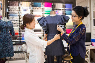 Confident Chinese fashion designers workingの写真素材 [FYI02226955]