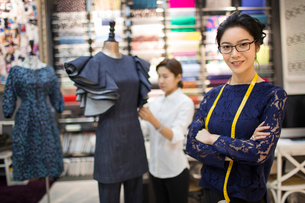 Portrait of confident Chinese fashion designerの写真素材 [FYI02226970]