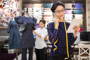 Confident Chinese fashion designer workingの写真素材 [FYI02226990]