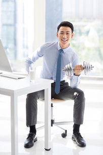 Young Chinese businessman exercising in officeの写真素材 [FYI02226992]