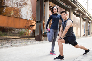 Young Chinese couple exercising outdoorsの写真素材 [FYI02226998]