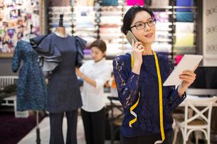 Confident Chinese fashion designer workingの写真素材 [FYI02227006]
