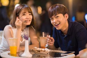 Happy young couple eating ice creamの写真素材 [FYI02227018]
