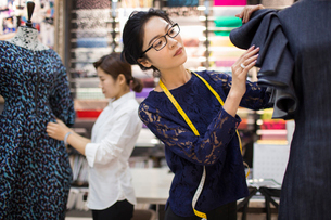 Confident Chinese fashion designers workingの写真素材 [FYI02227022]