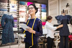 Confident Chinese fashion designer workingの写真素材 [FYI02227031]