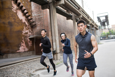 Young Chinese friends jogging outdoorsの写真素材 [FYI02227050]