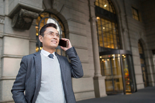 Confident Chinese businessman talking on the phoneの写真素材 [FYI02227064]