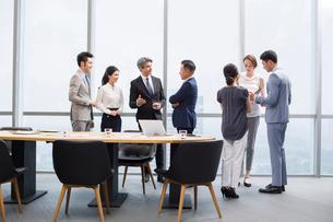 Business people talking in meeting roomの写真素材 [FYI02227066]