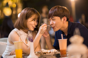 Happy young couple eating ice creamの写真素材 [FYI02227094]