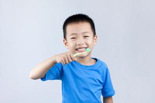 Little Chinese boy brushing teethの写真素材 [FYI02227102]
