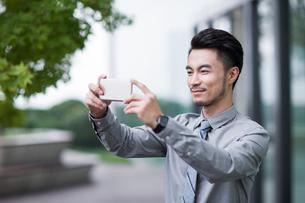Businessman using smart phoneの写真素材 [FYI02227155]