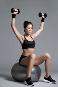 Young Chinese female athlete exercisingの写真素材 [FYI02227160]