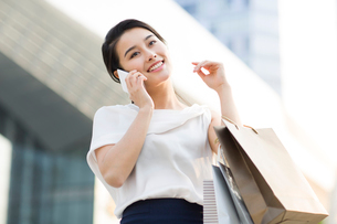 Happy young woman shoppingの写真素材 [FYI02227187]