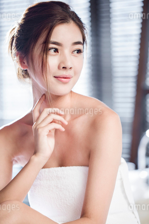 Beautiful young woman wrapped in towelの写真素材 [FYI02227191]