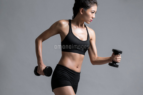 Young Chinese female athlete exercisingの写真素材 [FYI02227224]