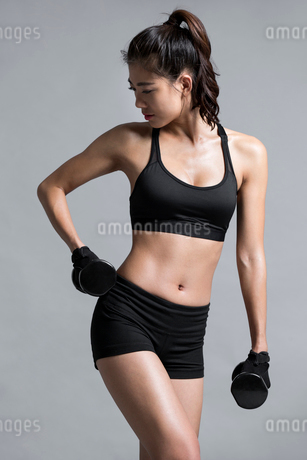 Young Chinese female athlete exercisingの写真素材 [FYI02227269]