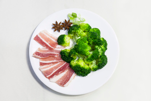 Broccoli and pork bellyの写真素材 [FYI02227271]