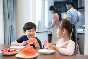 Happy siblings eating watermelonの写真素材 [FYI02227277]