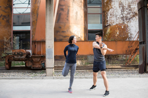 Young Chinese couple exercising outdoorsの写真素材 [FYI02227284]