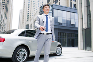 Confident businessman and carの写真素材 [FYI02227333]