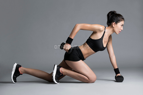 Young Chinese female athlete exercisingの写真素材 [FYI02227361]