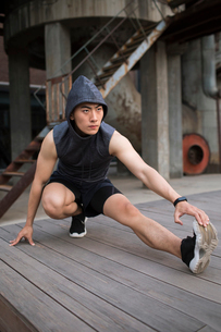 Young Chinese man exercising outdoorsの写真素材 [FYI02227417]