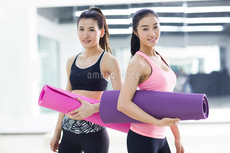 Young women practicing yoga at gymの写真素材 [FYI02227462]