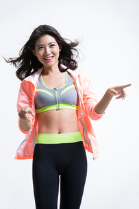 Cheerful young Chinese female athlete pointingの写真素材 [FYI02227487]